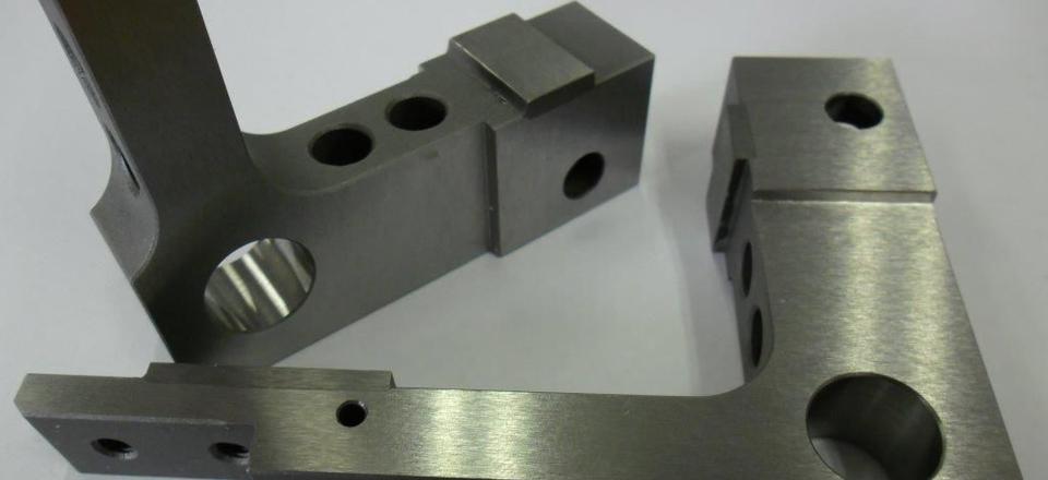 Scharnier. Hardmetalen slijtageplaatjes gelijmd op staal